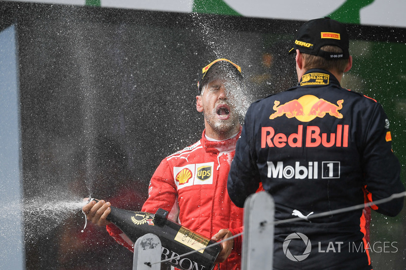 Le vainqueur Sebastian Vettel, Ferrari et Max Verstappen, Red Bull Racing sur le podium avec le champagne