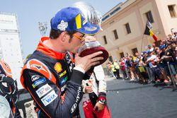 Podio: ganador Thierry Neuville, Hyundai Motorsport