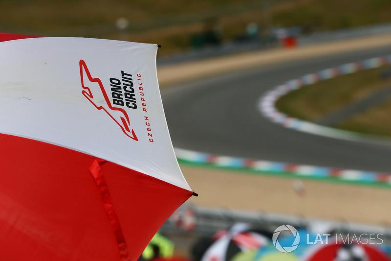 Logo Automotodrom Brno di sebuah payung