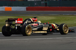 Charles Pic, Lotus E22 on 18 inch Pirelli tyres