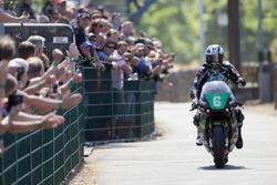 Michael Dunlop festeggia la sua terza vittoria settimanale al TT nella gara Lightweight