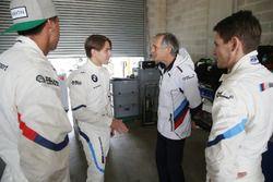 Гонщики BMW Team Schnitzer Аугусту Фарфус, Час Мостер и Марко Виттман с руководителем команды Чарли