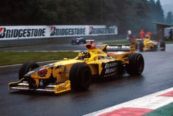 Damon Hill, Jordan 198 leads Ralf Schumacher, Jordan 198