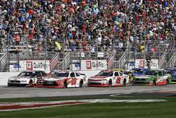 Christopher Bell, Joe Gibbs Racing, Ruud Toyota Camry e Joey Logano, Team Penske, Discount Tire Ford