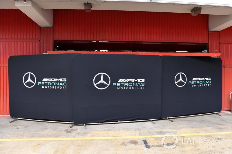 Des paravents devant le garage Mercedes AMG F1