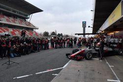Kevin Magnussen, Haas F1 Team en Romain Grosjean, Haas F1 Team onthullen de Haas F1 Team VF-18