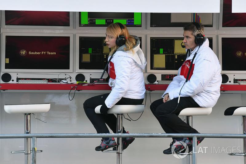 Ruth Buscombe, stratège Alfa Romeo Sauber F1 Team et Xevi Pujolar, responsable de l'ingénierie en piste Alfa Romeo Sauber F1 Team