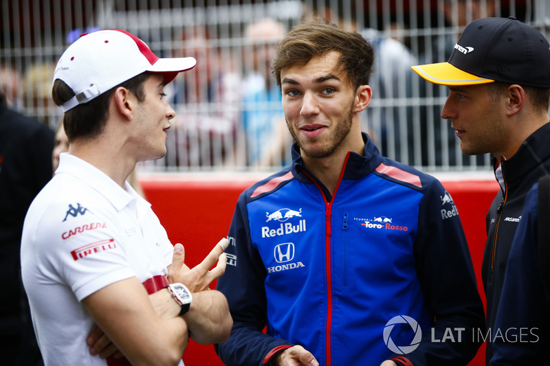 Charles Leclerc, Sauber, talks to Pierre Gasly, Toro Rosso, and Stoffel Vandoorne, McLaren