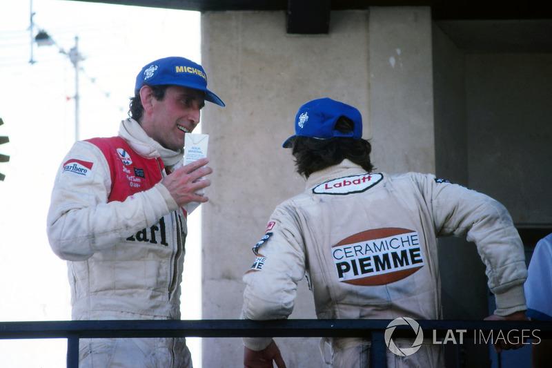 Ganador de la carrera agotado Gilles Villeneuve, Ferrari, y John Watson, McLaren, esperan en el podio con el rey Juan Carlos de España