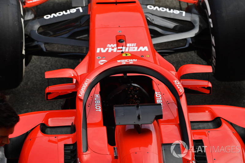 A Ferrari SF71H, és a Halóra szerelt visszapillantó Barcelonából