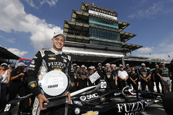 Verizon P1 Pole Award winner Ed Carpenter, Ed Carpenter Racing Chevrolet with the P1 award trophy