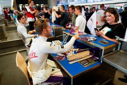 Sam Bird, DS Virgin Racing, signe des autographes