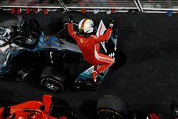 Sebastian Vettel, Ferrari, 1° classificato, festeggia la vittoria all'arrivo nel parco chiuso