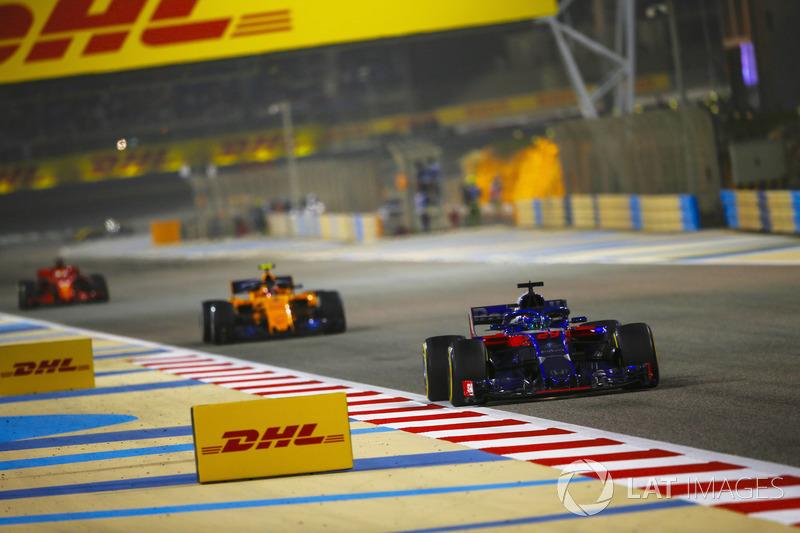 Brendon Hartley, Toro Rosso STR13 Honda, leads Stoffel Vandoorne, McLaren MCL33 Renault