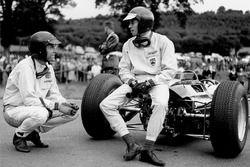 Jim Clark, Lotus 25-Climax habla con Dan Gurney, Brabham BT7-Climax