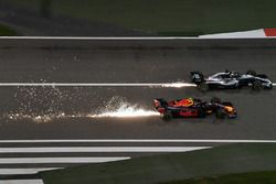 Max Verstappen, Red Bull Racing RB14 lotta con Lewis Hamilton, Mercedes-AMG F1 W09 EQ Power+