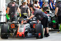 Kevin Magnussen, Haas F1 Team VF-18 Ferrari, ai box dopo le prove libere