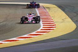 Эстебан Окон, Sahara Force India F1 VJM11, и Брендон Хартли, Toro Rosso STR13