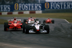 Mika Hakkinen, McLaren Mercedes MP4/13 voor Michael Schumacher, Ferrari F300
