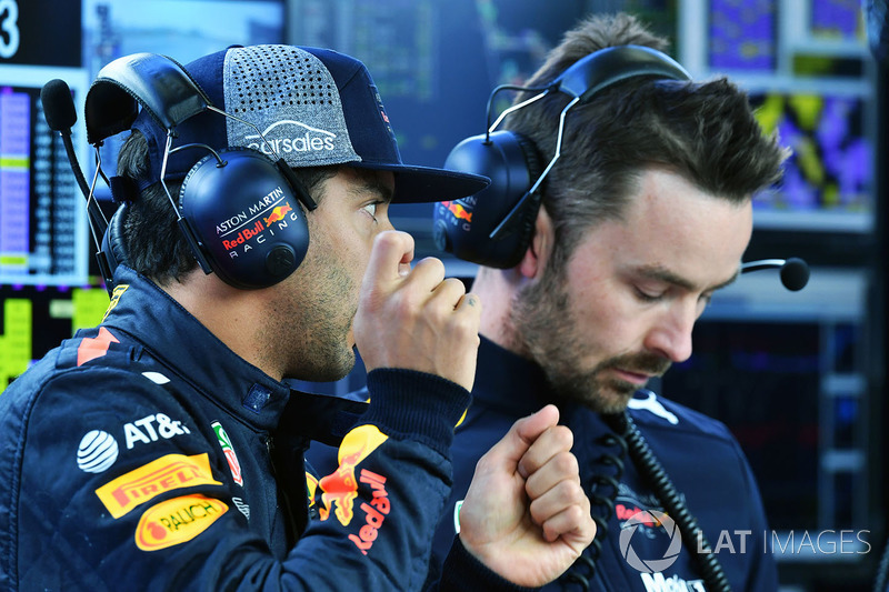 Daniel Ricciardo, Red Bull Racing y Simon Rennie, ingeniero de carrera de Red Bull Racing