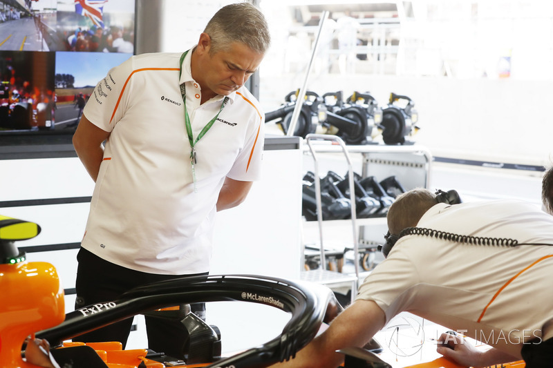 Gil de Ferrarn, direttore sportivo, McLaren, nel garage