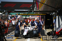 Williams mechanics push the Sergey Sirotkin Williams FW41