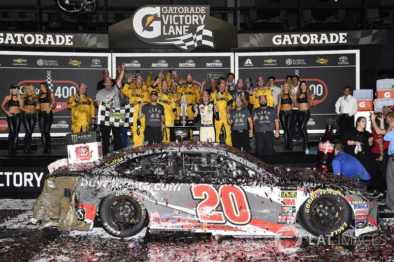 Ganador de la carrera Erik Jones, Joe Gibbs Racing, Toyota Camry buyatoyota.com celebra