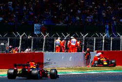 Max Verstappen, Red Bull Racing RB14, después de su choque, mientras Daniel Ricciardo, Red Bull Racing RB14, pasó