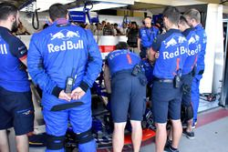 Mechanics cheking the car of Pierre Gasly, Scuderia Toro Rosso STR13