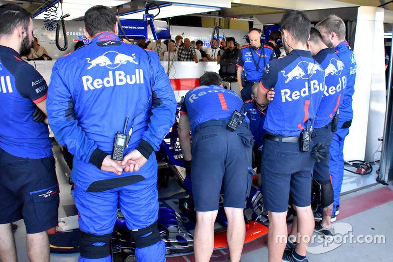 Mechanics cheking the car of Pierre Gasly, Scuderia Toro Rosso STR13