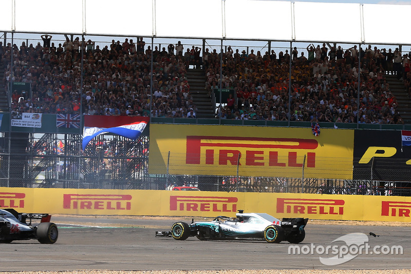 Lewis Hamilton, Mercedes-AMG F1 W09 spins at the start of the race
