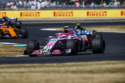 Esteban Ocon, Force India VJM11, leads Kevin Magnussen, Haas F1 Team VF-18