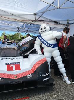Michelin-mannetje met de Porsche 919