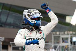 Ganador de la pole Valtteri Bottas, Mercedes AMG F1, celebra