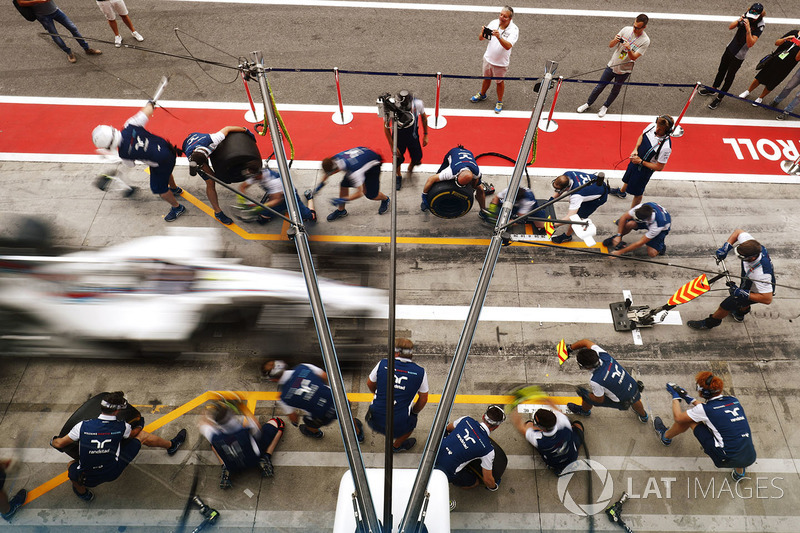 The Williams conducts a practice pit stop