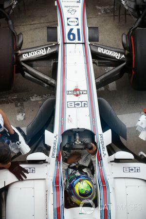 Felipe Massa, Williams FW40, est ramené dans son garage
