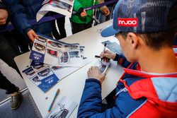 Dani Sordo, Hyundai Motorsport signs autographs for the fans