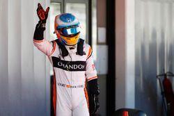Fernando Alonso, McLaren, wuift naar zijn fans