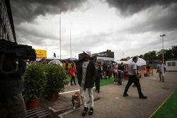 Lewis Hamilton, Mercedes AMG F1, et son chien Roscoe