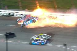 Choque de Aric Almirola, Richard Petty Motorsports; Joey Logano,Team Penske; Danica Patrick, Stewart-Haas Racing