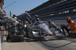 Helio Castroneves, Team Penske Chevrolet, pit stop