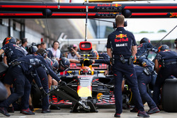 Max Verstappen, Red Bull Racing RB13 makes a pitstop