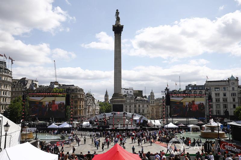El circo de F1 en Londres alrededor de Nelsons column en Trafalgar Square