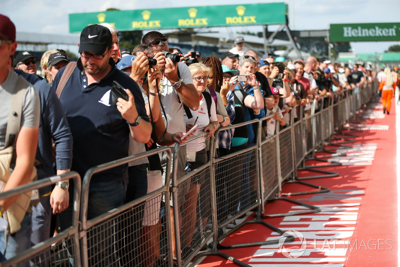 Fans on the pitlane