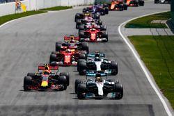 Рестарт: Льюис Хэмилтон, Mercedes AMG F1 W08, Макс Ферстаппен, Red Bull Racing RB13, Валттери Боттас