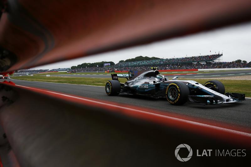 Valtteri Bottas, Mercedes AMG F1 W08, Stoffel Vandoorne, McLaren MCL32
