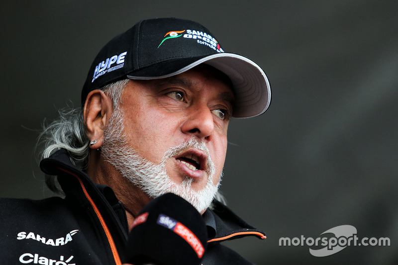 Dr. Vijay Mallya, dueño de Sahara Force India Formula One Team con Kingfisher rickshaw
