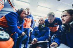Le stand Red Bull KTM Factory Racing avec Paul Trevathan et Mike Leitner