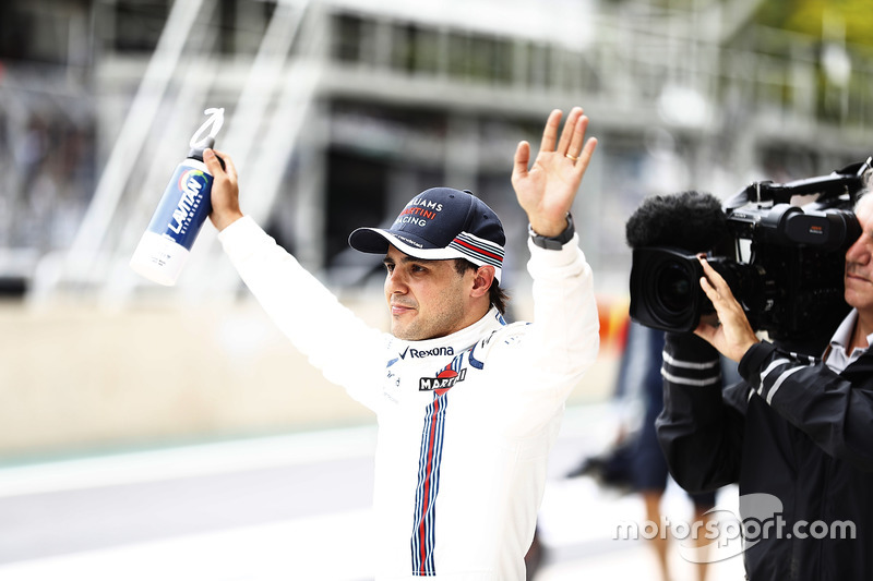 Felipe Massa, Williams, saluda a los fan después de Q2