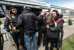 Miembros del equipo Lotus celebrando la victoria de Pietro Fittipaldi